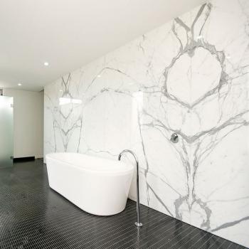 Стена в ванной комнате
