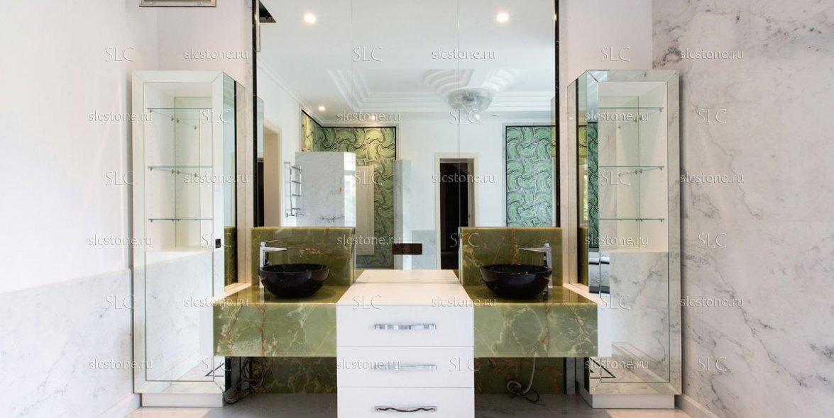 Зелёный оникс в строгом интерьере ванной комнаты 1