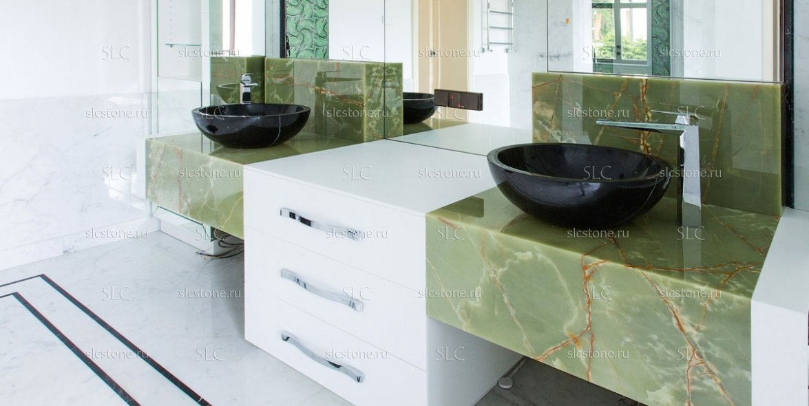 Зелёный оникс в строгом интерьере ванной комнаты 2