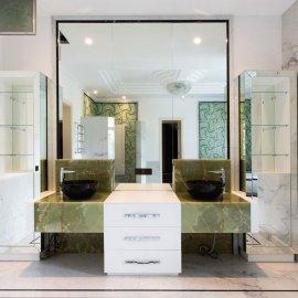 Зелёный оникс в строгом интерьере ванной комнаты
