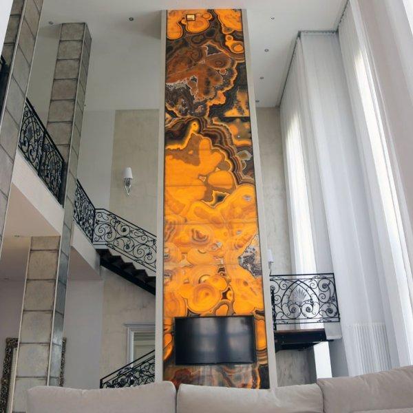 Оникс с подсветкой на камине-колонне высотой 8,5 метров