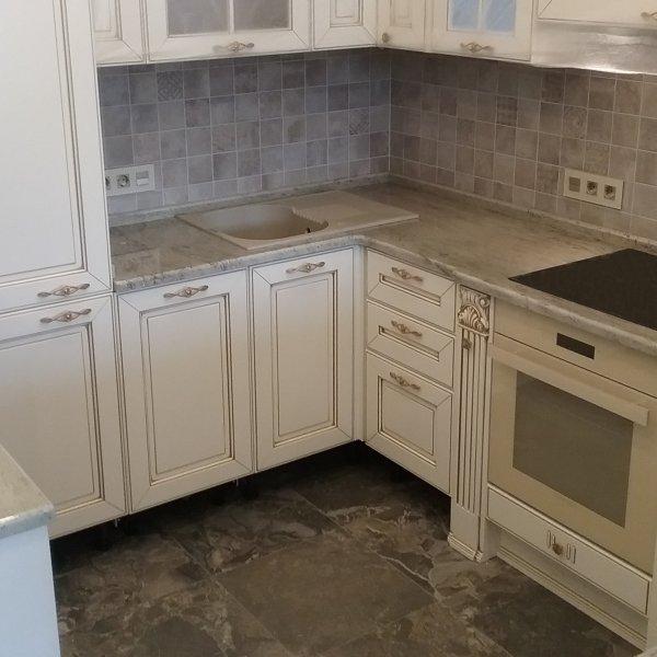 Гранитные поверхности в компактной кухонной зоне